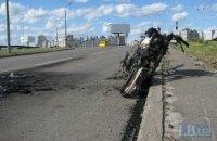 В Киеве мотоцикл вылетел с дороги и загорелся