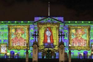 Букінгемський палац підсвітили 200 тисячами портретів