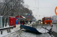 На проспекте Глушкова в Киеве фура снесла остановку (обновлено)
