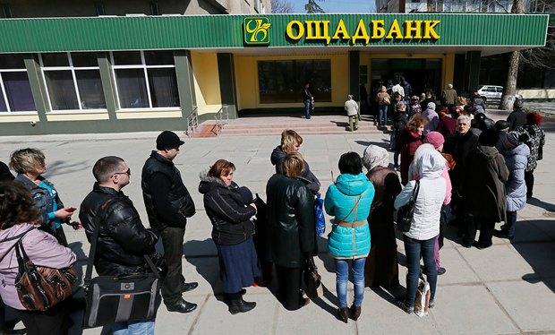 Очередь в Ощадбанк в Симферополе весной этого года
