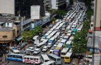 В Каракасе водители автобусов в ходе забастовки устроили огромную пробку