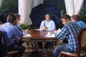 Янукович тыкает охране, сам сидит под зонтом, журналисты - мокнут