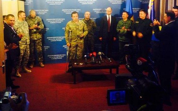 Семен Семенченко в центре с костылем
