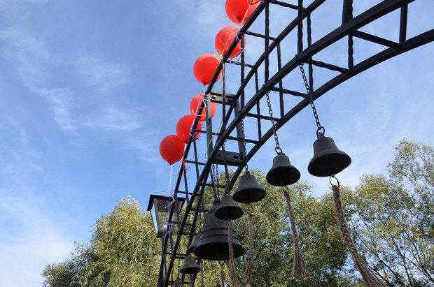 """У """"Замку-музеї Радомисль"""" відкрили острів Щастя і арку з дзвонами (фото)"""