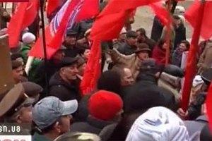 Коммунисты подрались с милицией из-за Тягнибока