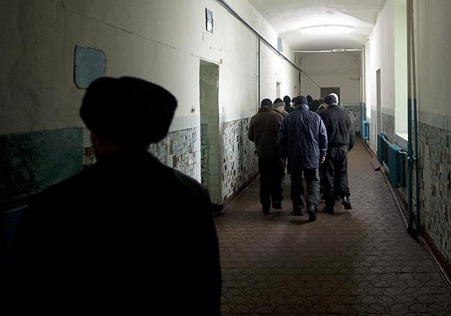 Содержатся пожизненные заключенные в камерах по два человека.  Изредка, если осужденный