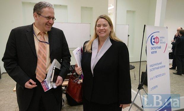 Аламанда Гриббин(справа), сотрудник по политическим вопросам посольства США в Украине и заместитель посла Словацкой Республики в Украине Марек Шафин
