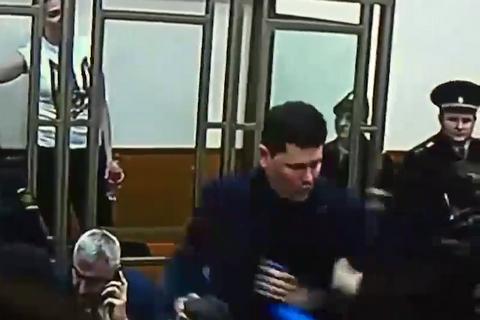 Пресс-секретаря Порошенко под руки вывели из зала суда после оглашения приговора Савченко