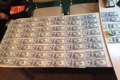 НаБуковине полицейский чиновник попался навзятке в $11 тыс.