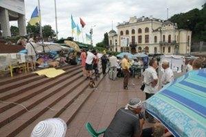 Акцию у Украинского дома пытаются смыть водой