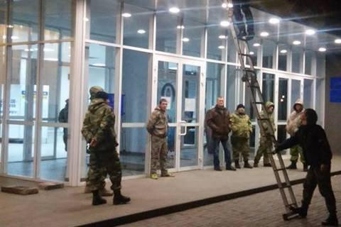 """Семенченко с людьми в камуфляже """"взял под охрану"""" мэрию Кривого Рога"""