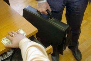 Буковинського податківця спіймали на хабарі
