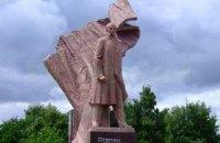 """Власти Тернополя добавили надпись """"Герой Украины"""" на памятник Бандере"""