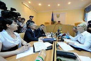Тимошенко отказывается вставать перед судом и называть свою фамилию