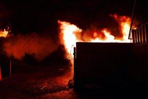 В Киеве на Радужном массиве сожгли строительный забор и будку