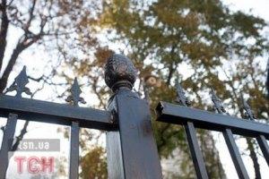Забор возле Рады укрепляют бетоном