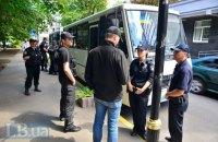 Полиция отогнала милиционеров, неправильно припарковавшихся под ГПУ