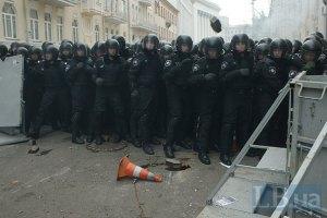 """Митингующие под АП оттеснили провокаторов от """"Беркута"""""""
