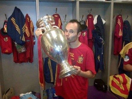 Это фото облетело уже все социальные сети, но выложили его на официальный твиттер-аккаунт Андреса Иньесты, футболиста сборной Испании