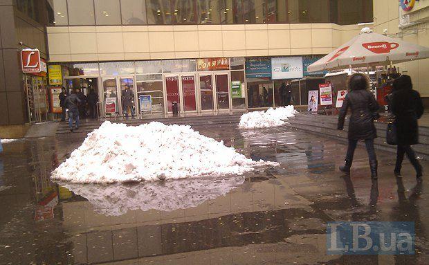 """Еще две снежные кучи, заботливо оставленные коммунальными службами возле торгового центра на метро """"Левобережная"""""""