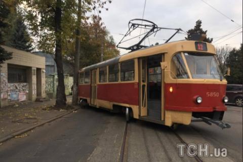 ВКиеве наПодоле трамвай сошел срельсов иврезался встолб
