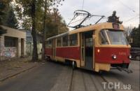 В Киеве на Подоле трамвай сошел с рельсов и врезался в столб