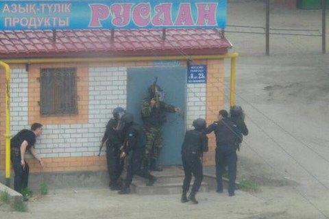 В казахском Актобе неизвестные напали на два оружейных магазина и воинскую часть