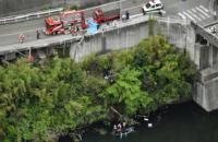 В Японии автобус упал в водохранилище с 10-метровой высоты