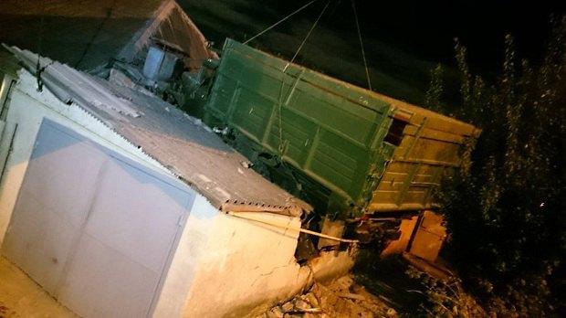 ВХарькове грузовой автомобиль, вылетевший сдороги, приземлился накрышу дома