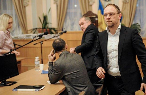 Власенко выглядет встревоженным