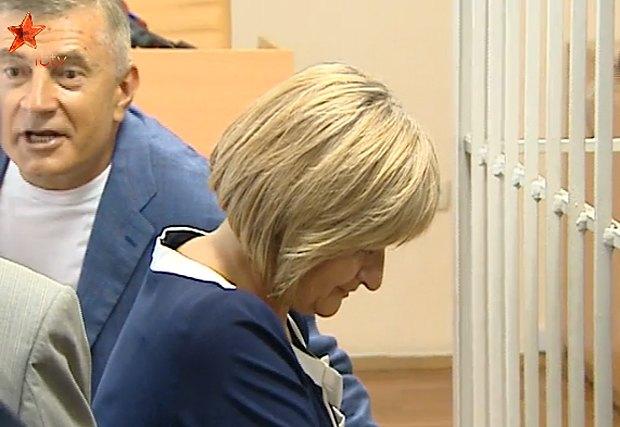Супруга экс-министра после оглашения приговора наклонила голову и, кажется, проплакала несколько мгновений