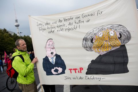 Тысячи людей вГермании протестуют против создания зоны свободной торговли сСША