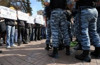 """Киевская милиция задержала активистов за агитики против """"регионала"""""""