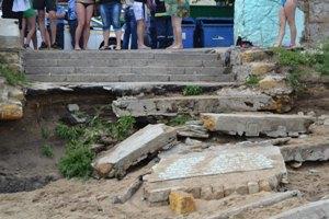 В Одессе волна накрыла пляж, 7 человек пострадали