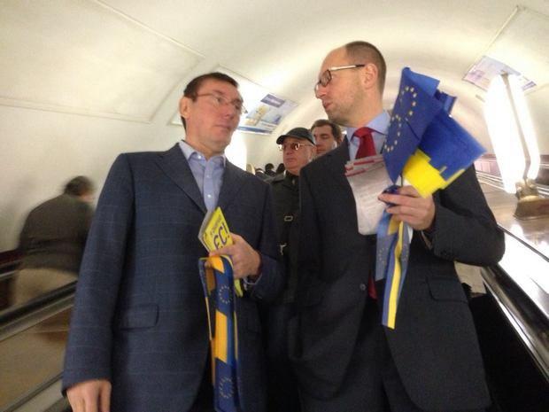 Луценко и Яценюк подрабатывают промоутерами в метро