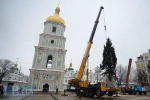 На Софийской площади в Киеве устанавливают новогоднюю елку