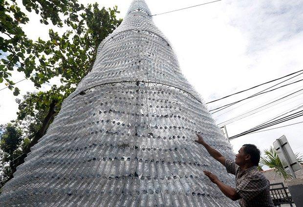 Мужчина заканчивает оформление елки, изготовленной из 6000 бутылок, возле христианской церкви в городе Депок, Индонезия, 22 декабря 2016 года.