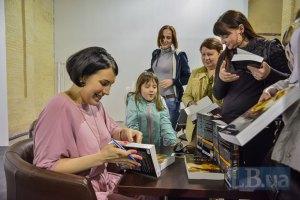 """На """"Книжном Арсенале"""" прошла автограф-сессия автора книги """"Майдан. Нерассказанная история"""" Сони Кошкиной"""