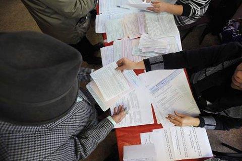 КВУ: УКиєві невідомі з«косинками» отримували бюлетені без паспорту