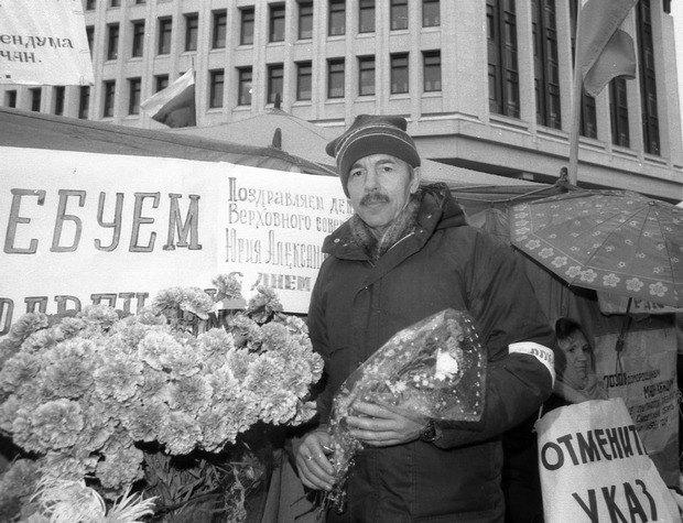 Юрий Мешков на голодовке под стенами Крымского облсовета, 1991 год