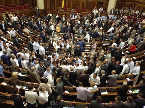 В таком хаосе депутаты умудрялись голосовать