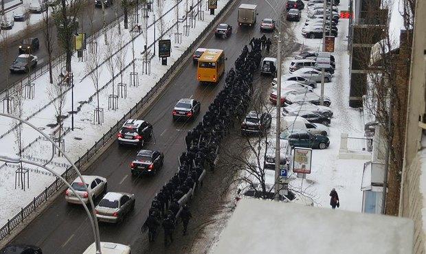 По столичной ул. Леси Украинки идут около 150 спецназовцев