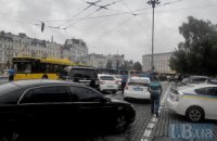 Неудачно припаркованный джип 76-летней старушки перекрыл движение троллейбусов в центре Киева