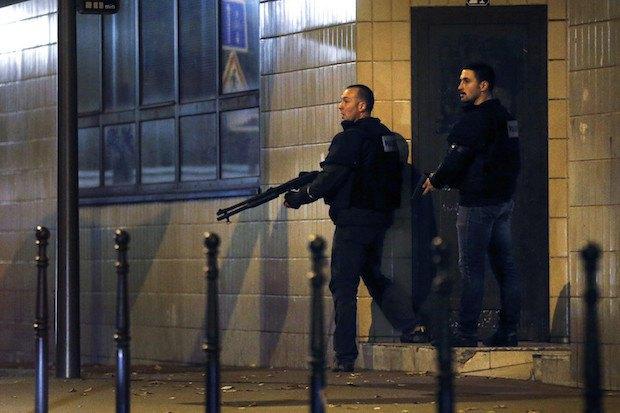 """Полицейские возле кафе """"Маленькая Камбоджа"""", где была совершена одна из атак террористов"""