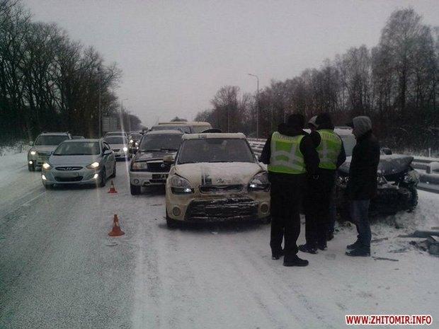 Натрассе Киев-Чоп столкнулись 14 авто 4