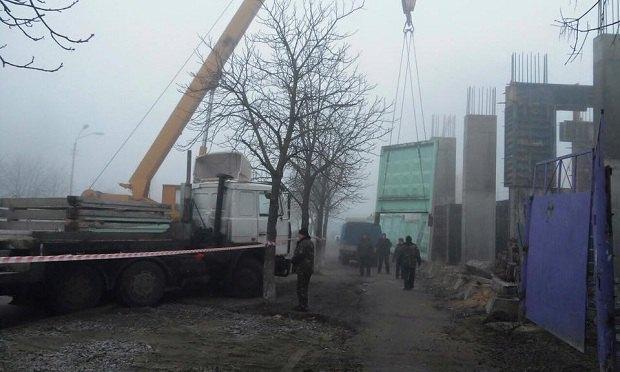 УКиєві розпочали демонтаж чергового скандального будівництва