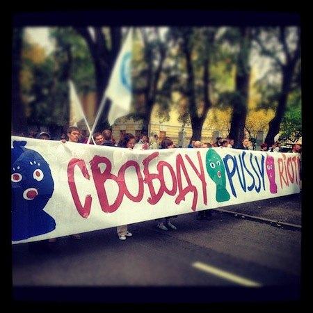 Участники марша призывают освободить Толоконникову, Самуцевич и Алехину