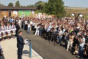 Янукович передал ровенским девушкам, что уже взялся за своих
