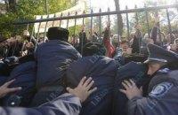 Протестующие сломали забор вокруг Рады