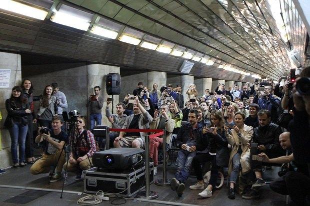 Уночі в столичному метро влаштували кінопоказ (фото)